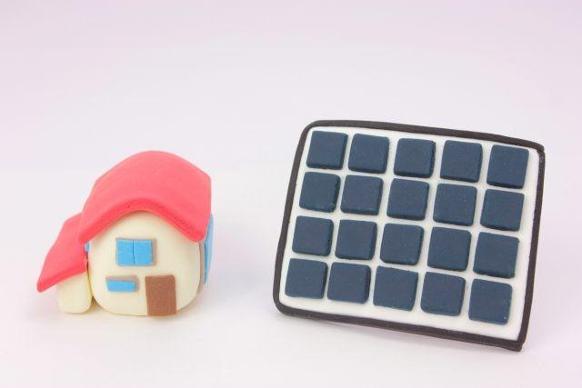 粘土で作られた家と太陽光発電