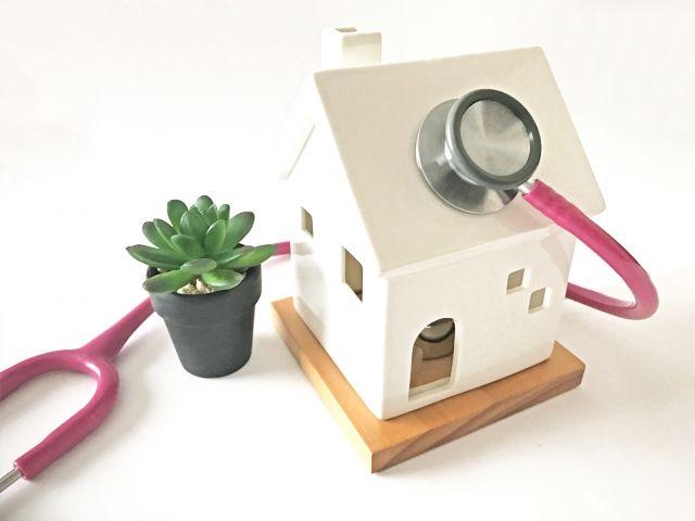 家の模型と聴診器