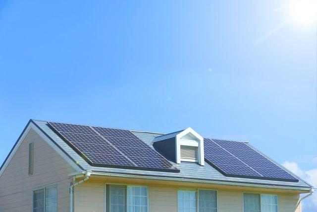 小窓のついた屋根に設置された太陽光発電