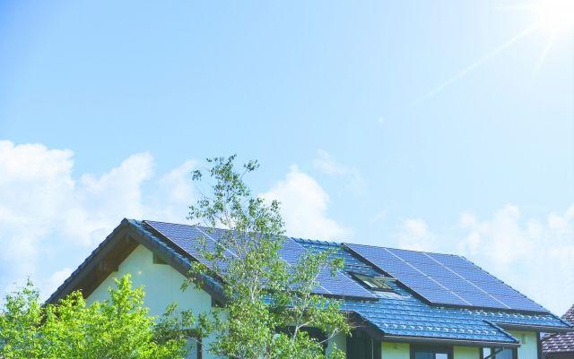 屋根に設置された太陽光発電